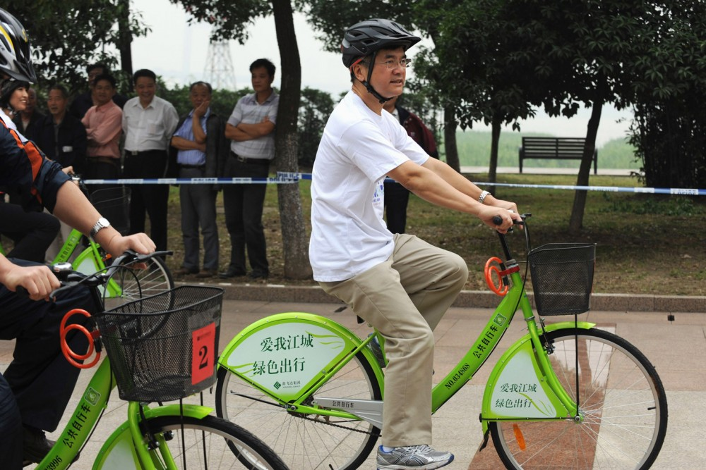WUHAN, CHINA - SEPTEMBER 23:  (CHINA OUT) U.S. Ambassador to China Gary Locke takes part in a bicycle body-building event during the Hubei Wuhan U.S.A. Week at Jiangtan Park on September 23, 2011 in Wuhan, Hubei Province of China. The Hubei Wuhan U.S.A. Week was jointly sponsored by Embassy of The United State to the People's Republic of China, Hubei Province People's Government and Wuhan Municipal People's Government.  (Photo by VCG via Getty Images)