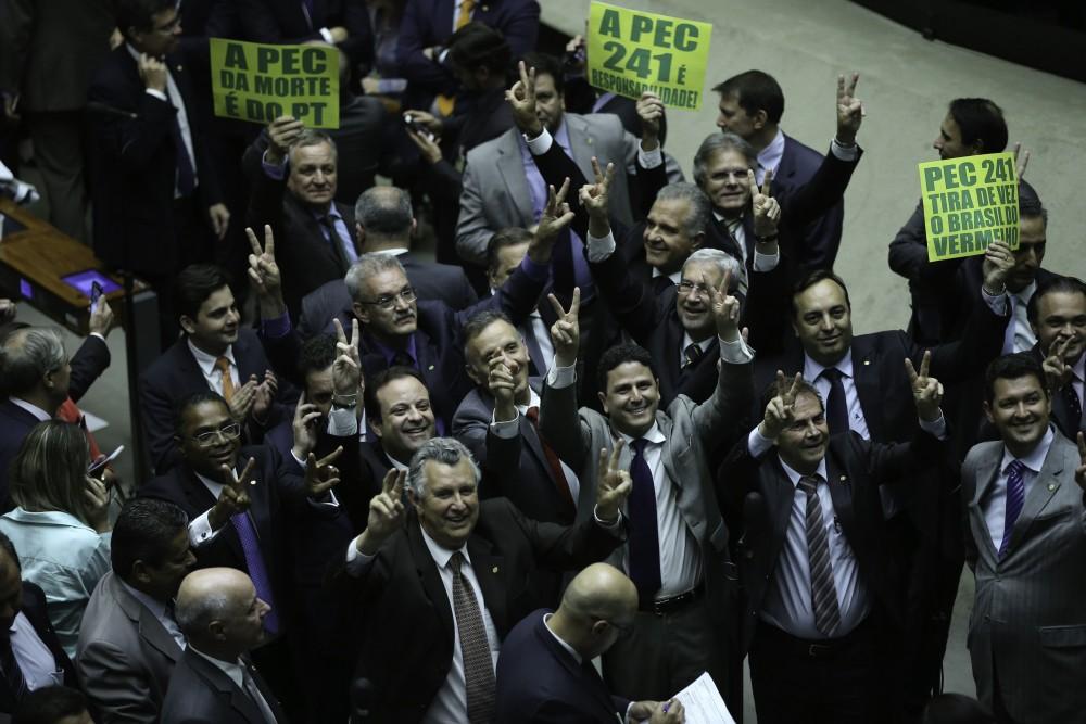 Brasília - Sessão extraordinária destinada a analisar a PEC 241/16, do Executivo, que cria teto de despesas primárias federais reajustado pelo IPCA (Fabio Rodrigues Pozzebom/Agência Brasil)
