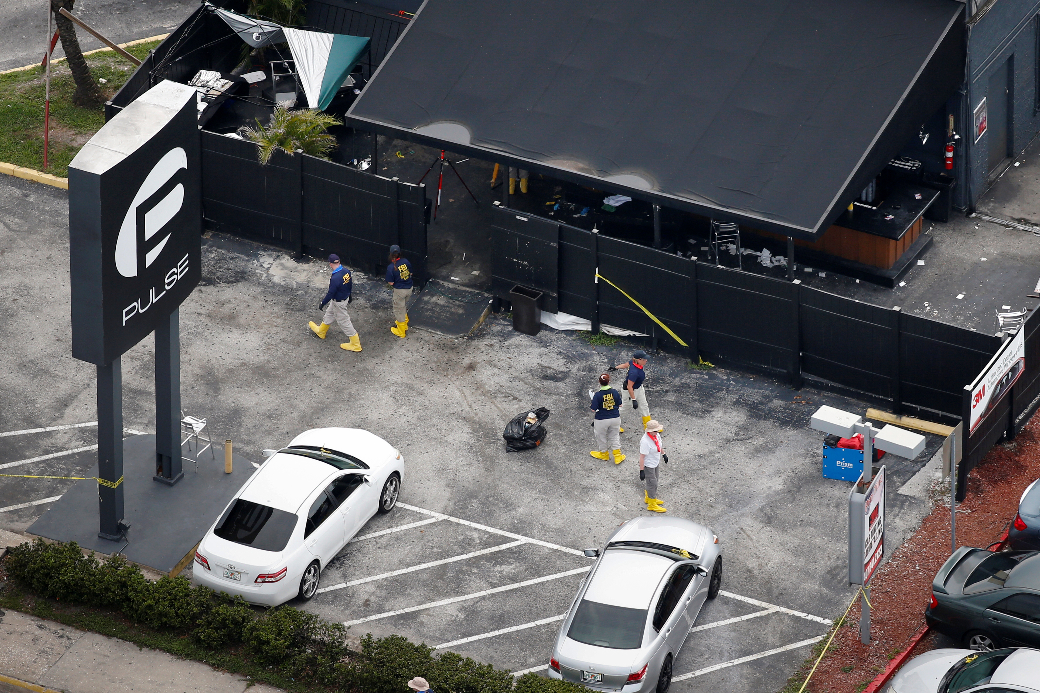 Oficiais do FBI coletam provas no estacionamento da boate gay Pulse , local de um assassinato em massa, Orlando, Florida, EUA, 15 de junho de 2016. REUTERS/Adrees Latif/File Photo - RTX2SKI1