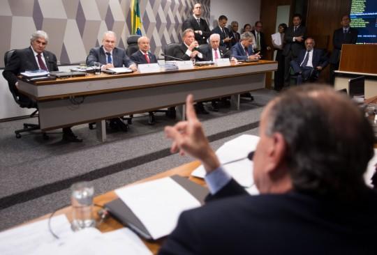 Luiz Edson Fachin, indicado pela presidenta Dilma Rousseff para substituir o ministro Joaquim Barbosa no STF, durante sabatina na Comissão de Constituição e Justiça do Senado (Marcelo Camargo/Agência Brasil)