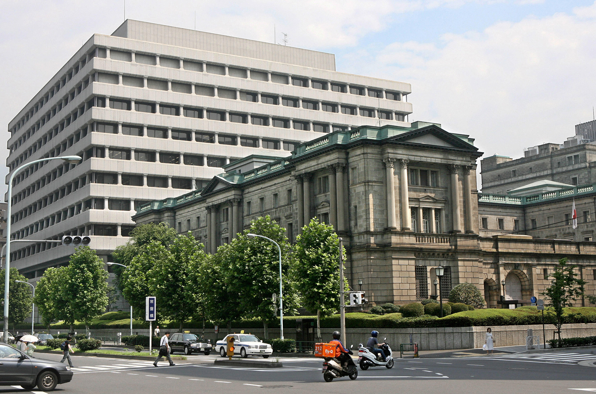 Tokyo, JAPAN: This photo shows the Bank of Japan (BOJ) building in Tokyo, 14 July 2006. Japanese share prices fell sharply in the morning trading before its central bank was widely expected to end over five years of zero interest rates. AFP PHOTO/Kazuhiro NOGI (Photo credit should read KAZUHIRO NOGI/AFP/Getty Images)