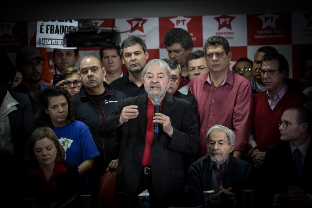 SÃO PAULO, SP, 13.07.2017: LULA-SP - O ex-presidente Luiz Inácio Lula da Silva convocou entrevista coletiva a jornalistas na sede do Partido dos Trabalhadores, em São Paulo, na manhã desta quinta (13) para falar, pela primeira vez, sobre a suacondenação a 9 anos e 6 meses de prisãopela Lava Jato. O juiz Sergio Moro, responsável pelo processo em primeira instância, sentenciou o presidente por corrupção e lavagem de dinheiro no caso do tríplex de Guarujá (SP). (Foto: Diego Padgurschi /Folhapress)