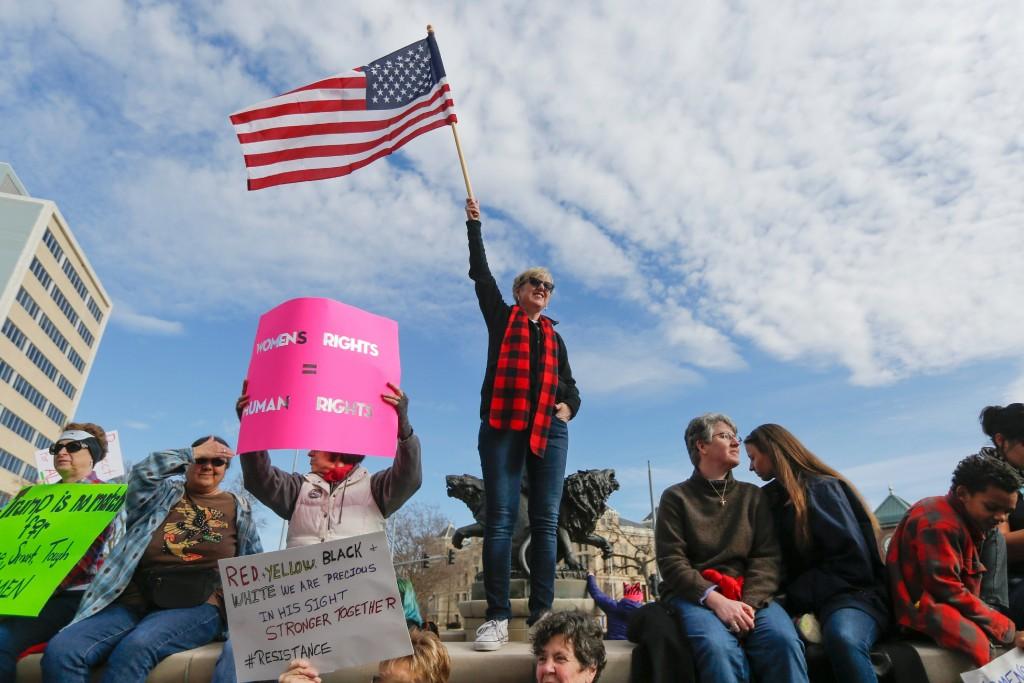 Milhares de pessoas compareceram à escultura do Guardião das Planícies, em 21 de janeiro de 2017, para participar da Marcha das Mulheres em Wichita, Kansas.