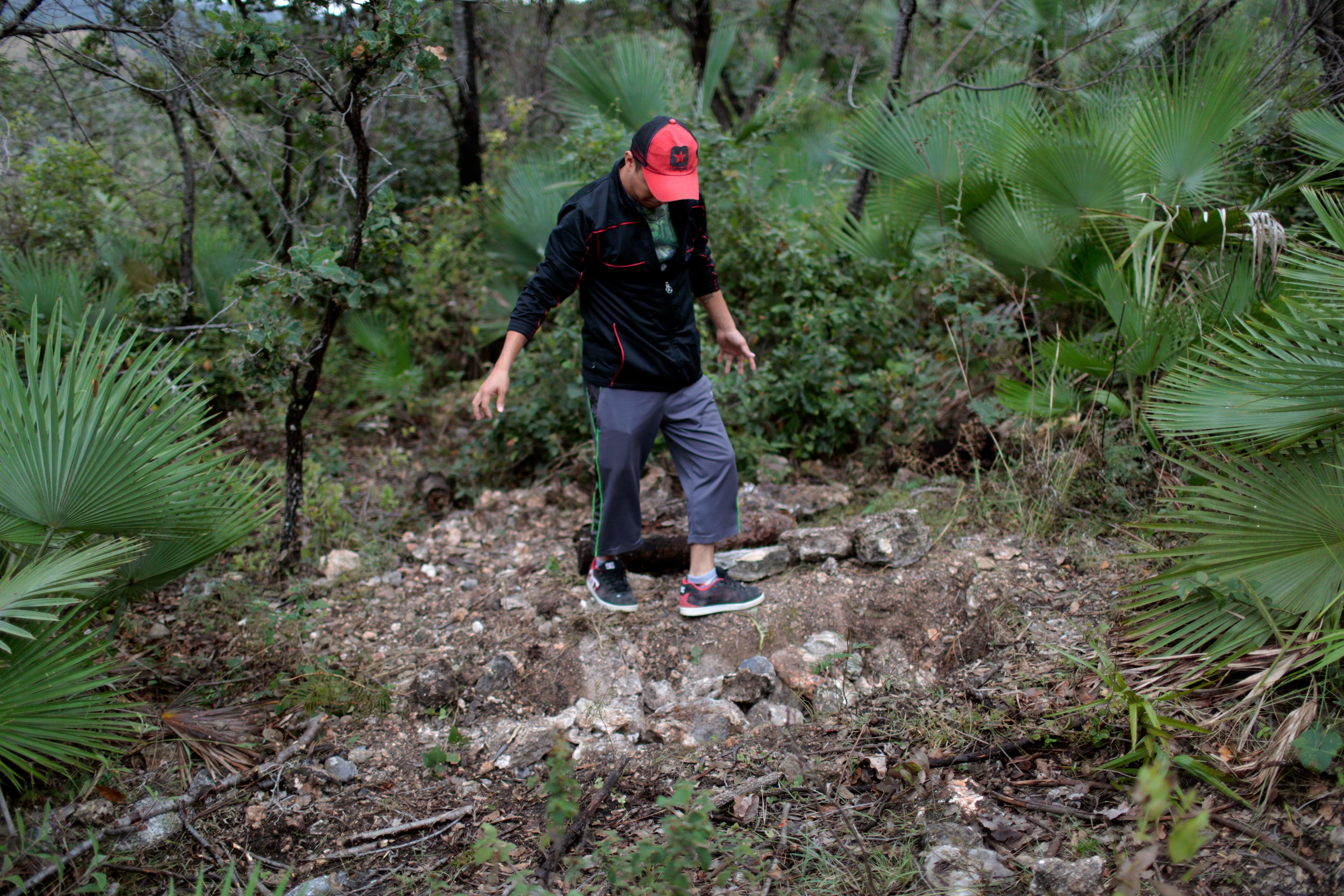 Los residentes de Carrizalillo, Guerrero, México. Localizan una fosa  clandestina en una vereda carca de las instalaciones de la mina Carrisalillo. Los restos humanos fueron encontrados el 19 de noviembre del 2015. fotografía: Pedro Pardo.