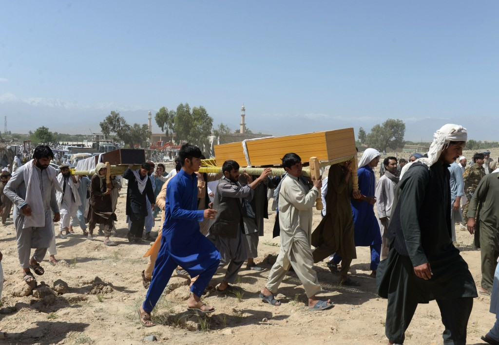 Afghan mourners carry the coffin of one of the nine people killed during an overnight raid by Afghan forces in Chaparhar district on the outskirts of Jalalabad in Nangarhar province on May 29, 2018. - Afghan special forces have killed nine civilians in an apparently botched operation in the eastern province of Nangarhar, officials said Tuesday. The victims were related to Afghan Senate chairman Fazel Hadi Muslimyaar, provincial spokesman Attaullah Khogyani told AFP. (Photo by NOORULLAH SHIRZADA / AFP)        (Photo credit should read NOORULLAH SHIRZADA/AFP/Getty Images)