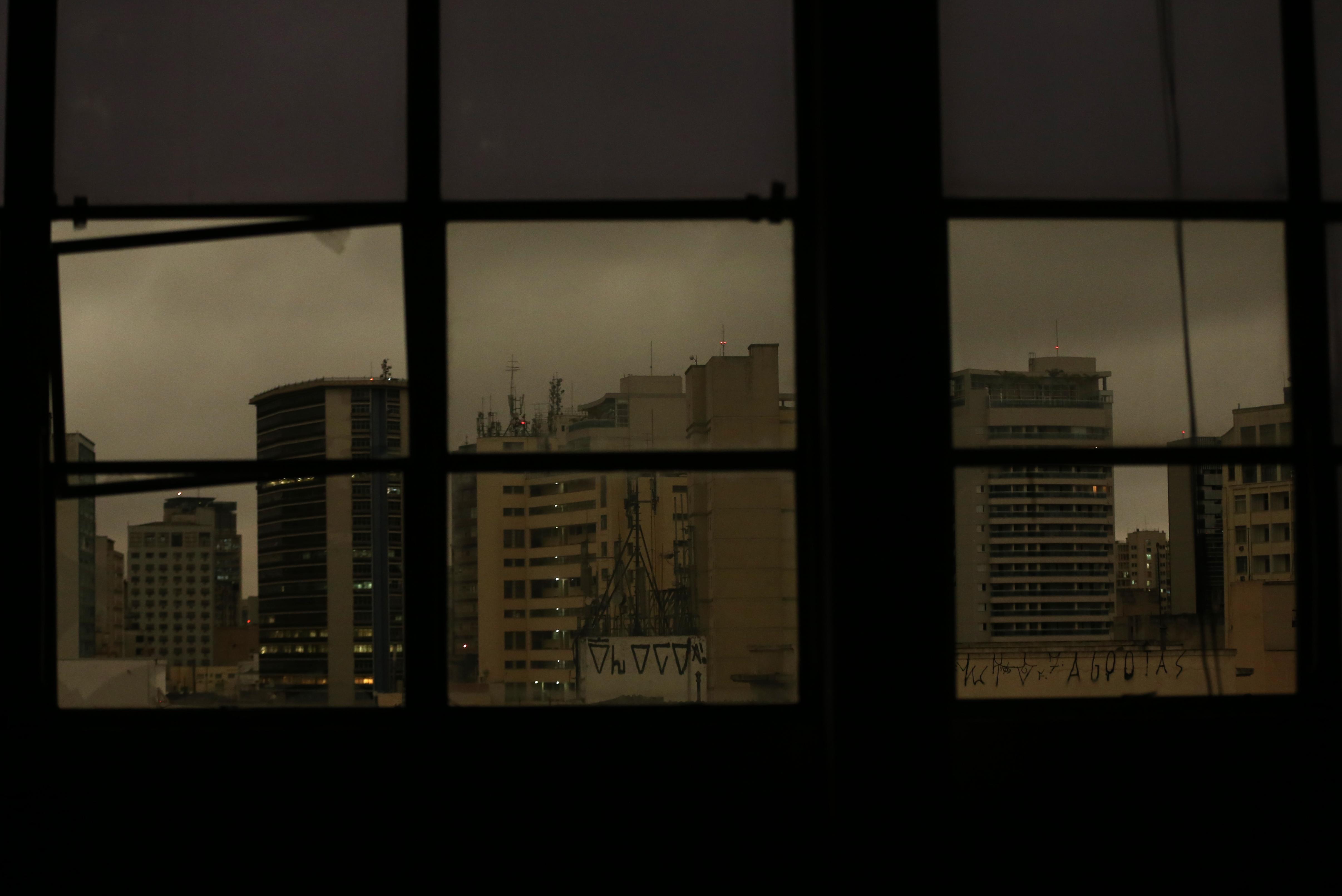 SÃO PAULO, SP, 19.08.2019 ? CLIMA-SP: Céu escuro durante dia frio na região de Campos Eliseos, na Santa Cecília, em São Paulo, nesta segunda-feira (19). (Foto: Otávio Valle/Folhapress)