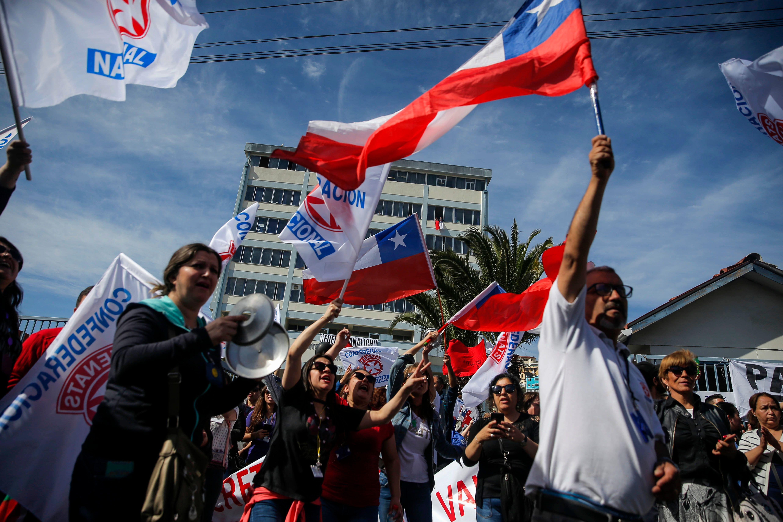Manifestantes protestam nos arredores do hospital Carlos Van Buren Hospital em Valparaiso, Chile.