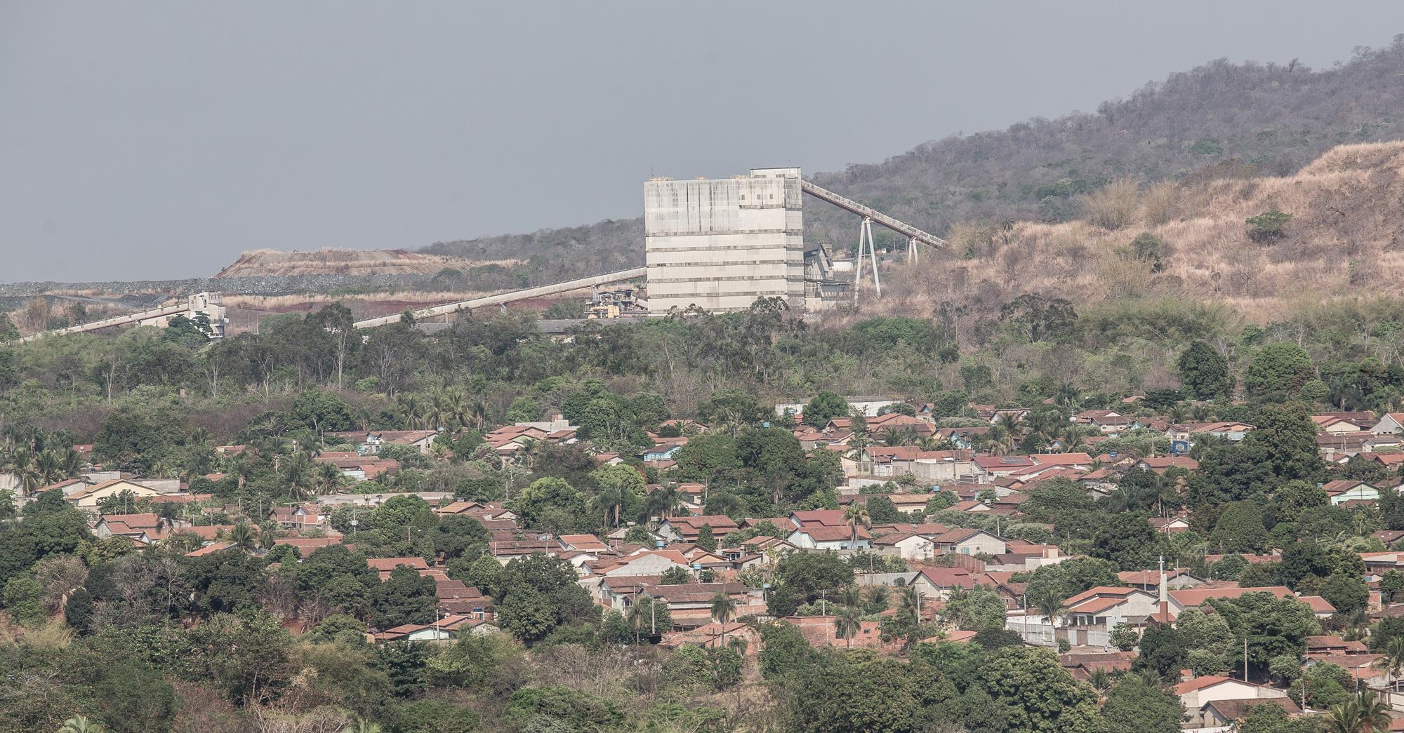 Panorâmica de parte da cidade de Minaçú, com a planta da mineradora Sama ao fundo.