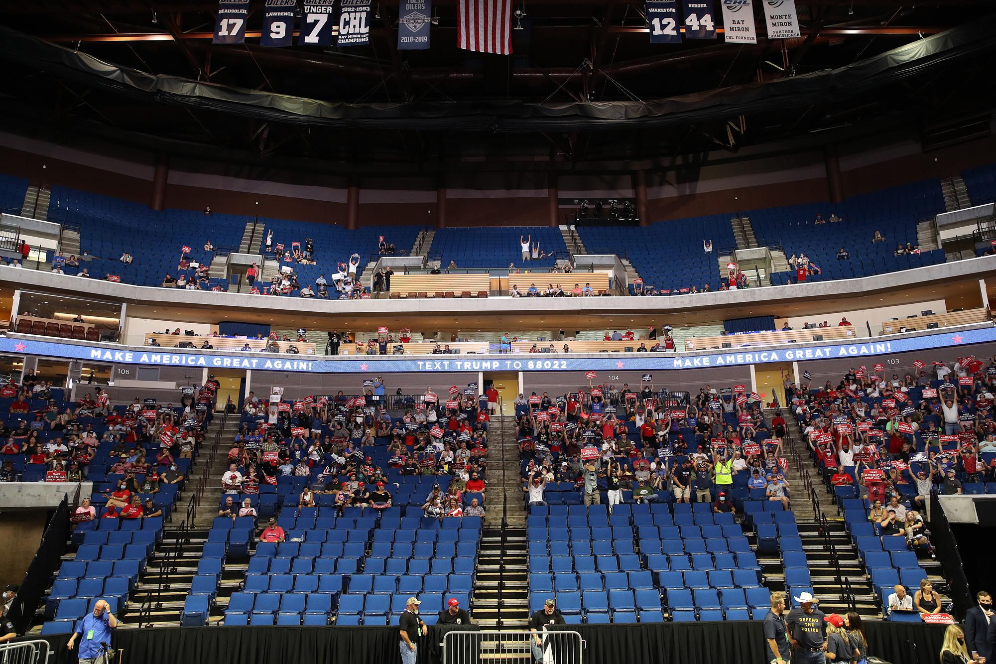 Apoiadores aguardam o início de um comício de campanha de Donald Trump no BOK Center em 20 de junho de 2020, em Tulsa, Oklahoma.