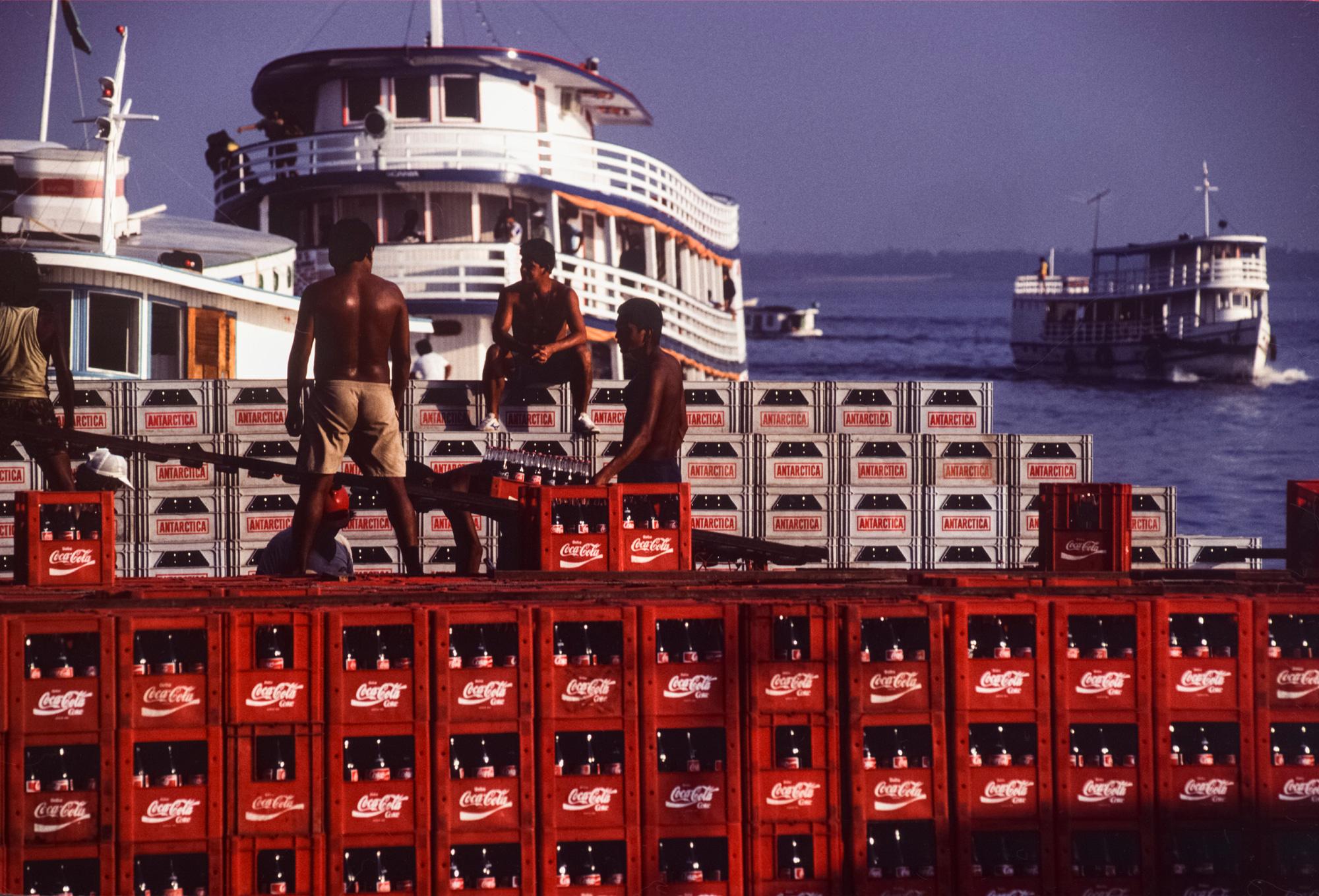 Déchargement d'une cargaison de ?Coca-Cola? dans le port de Manaus, Brésil. (Photo by Yves GELLIE/Gamma-Rapho via Getty Images)